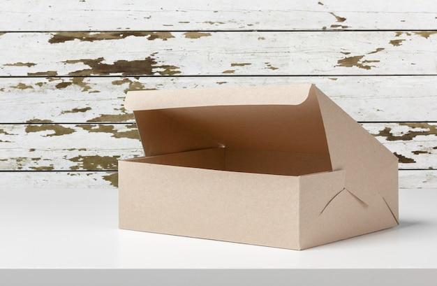 Caja de paquetería en mesa de madera.