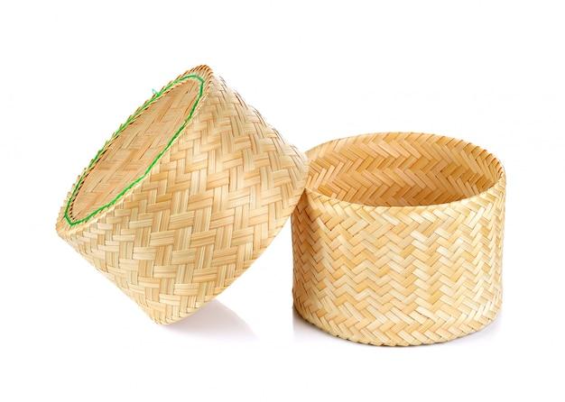 Caja pegajosa del arroz de la armadura de bambú en fondo blanco aislado