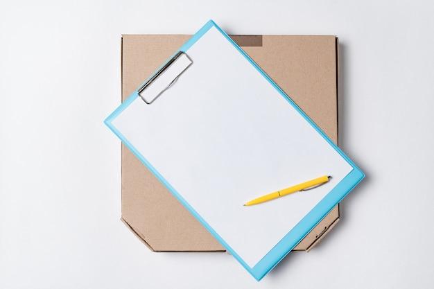 Caja de pizza y documentos sobre fondo blanco vista superior. entrega de comida al concepto de casa