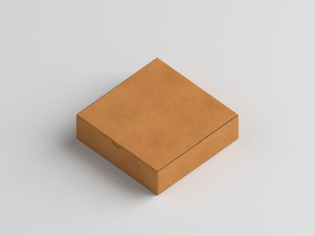 Caja de pizza pequeña sobre fondo blanco vista alta