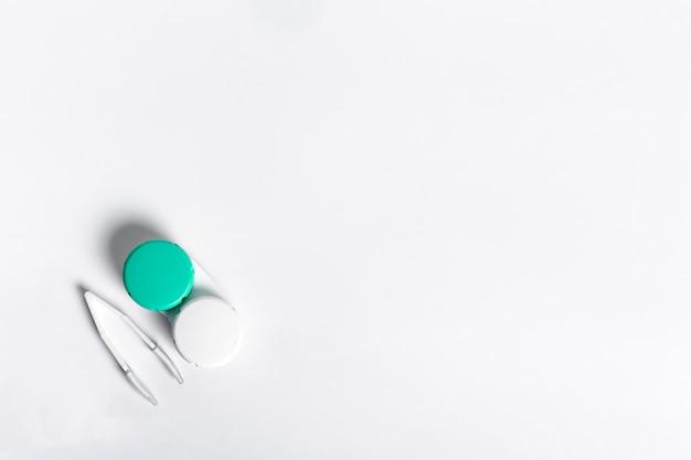 Caja plana para lentes de contacto con pinzas y espacio de copia