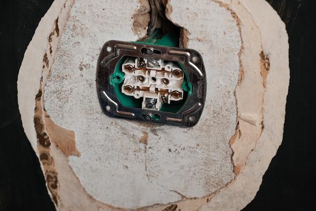 Caja preparada para la sustitución e instalación de una nueva toma de corriente.