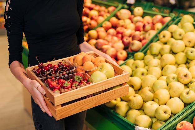 Caja de primeros planos con diferentes frutas.