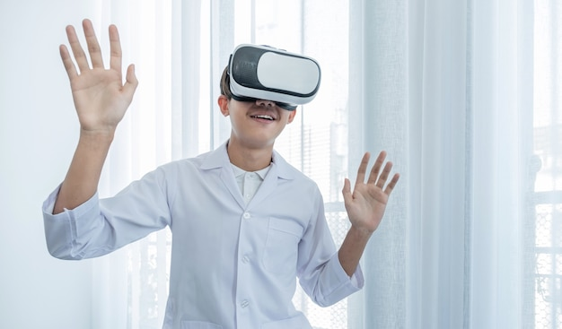 Caja de realidad virtual. un joven asiático con uniforme de médico hace una expresión de entusiasmo mientras aprende.