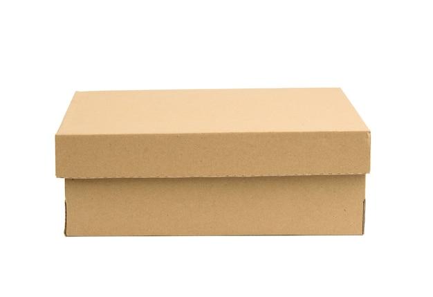 Caja rectangular de cartón cerrada hecha de papel marrón ondulado aislado sobre un fondo blanco.