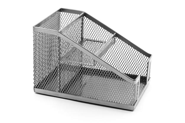 Caja rectangular de metal para papelería sobre un fondo blanco aislado