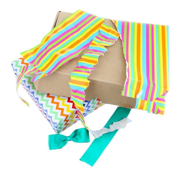 Caja de regalo abierta y sin envolver aislado en blanco