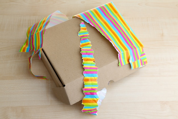 Caja de regalo abierta y sin envolver sobre superficie de madera