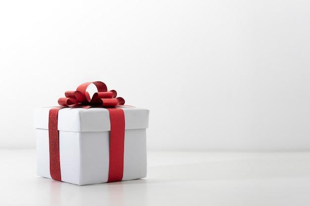 Caja de regalo abierta roja fiesta objetos sobre fondo blanco.