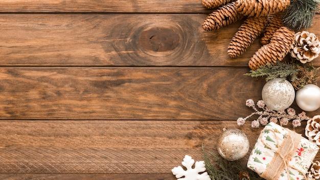 Caja de regalo con adornos brillantes y conos.