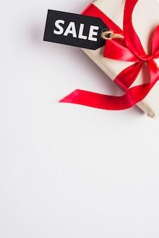 Caja de regalo con arco y venta de tabletas.