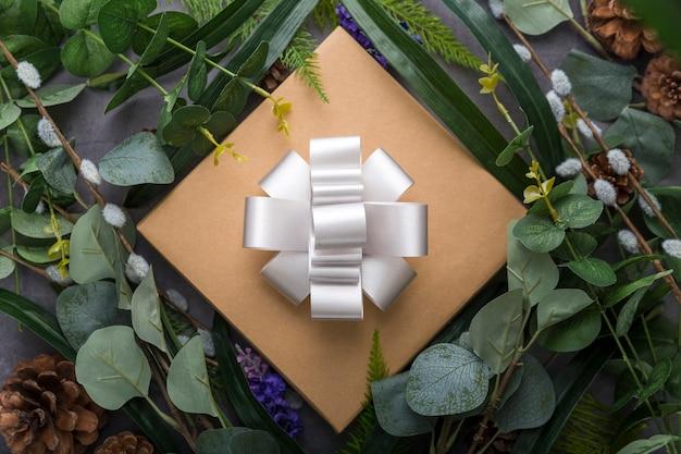 Caja de regalo y arreglo de hojas