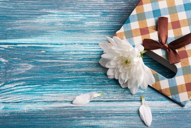 Caja de regalo artesanal con crisantemo