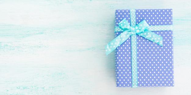 Caja de regalo azul con cinta pastel. dia del padre