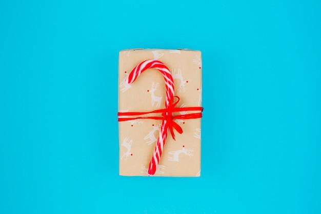 Caja de regalo con bastón de caramelo en la mesa