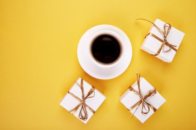 Caja de regalo blanca con cinta dorada