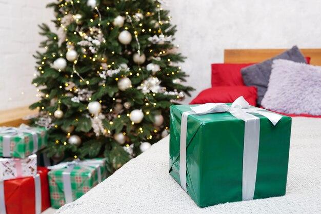 Caja de regalo en una cama blanca