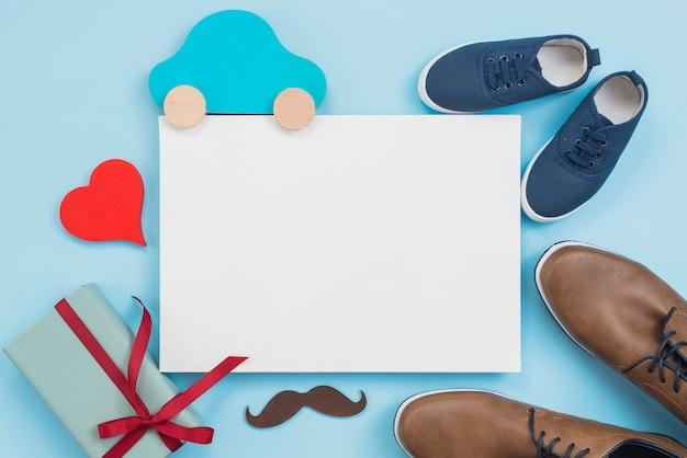 Caja de regalo con carro de juguete, papel y zapatos de hombre.