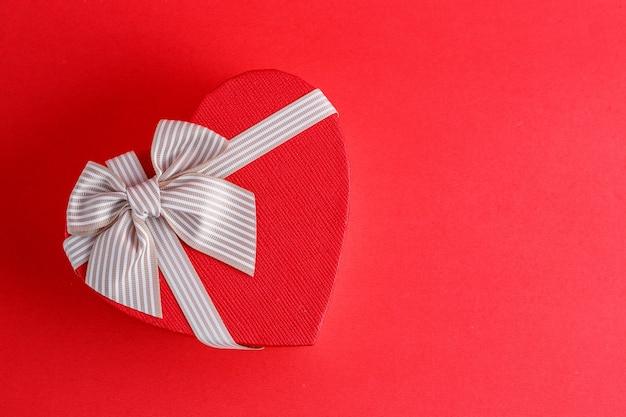 Caja de regalo de cartón biodegradable en forma de corazón con cintas en rojo