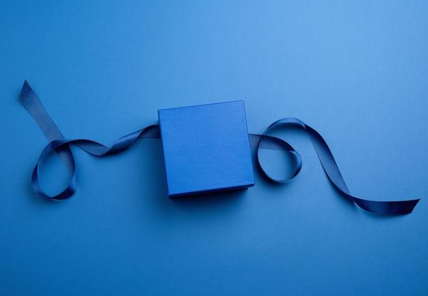 Caja de regalo de cartón cerrada con cinta azul clásica