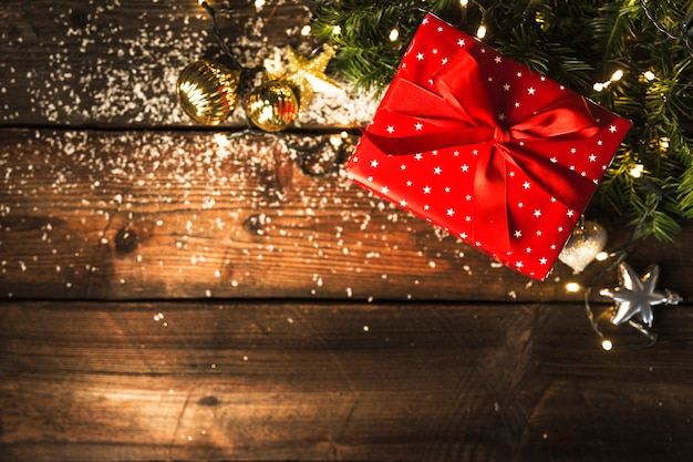 Caja de regalo cerca de decoraciones para navidad.