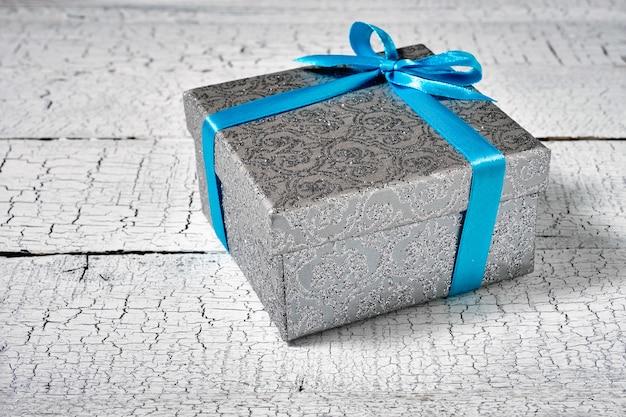 Caja de regalo con cinta azul