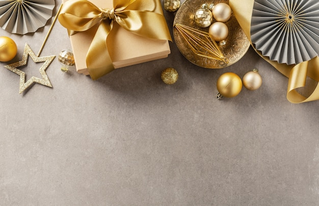 Caja de regalo con cinta dorada en gris