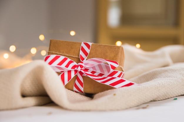 Caja de regalo con cinta de rayas.