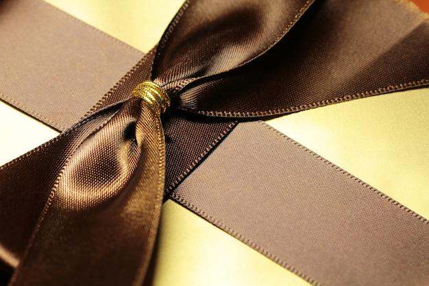 Caja de regalo de color dorado