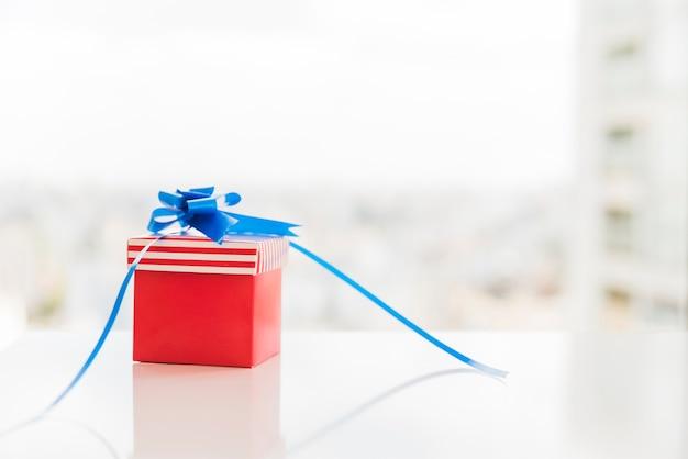 Caja de regalo en colores de bandera americana.
