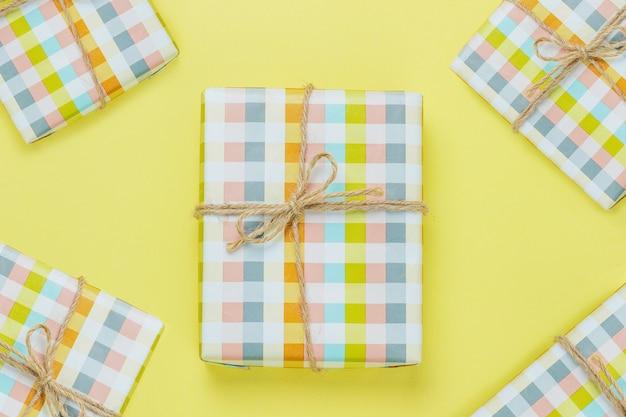 Caja de regalo colorida aislada en amarillo