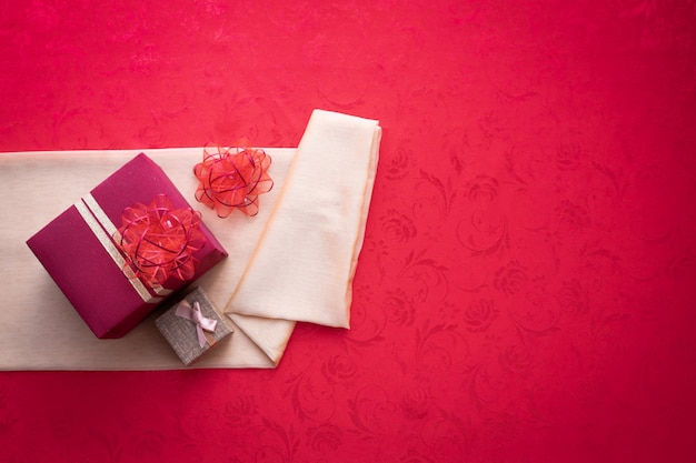 Caja de regalo con copia espacio para texto sobre fondo rojo de textura
