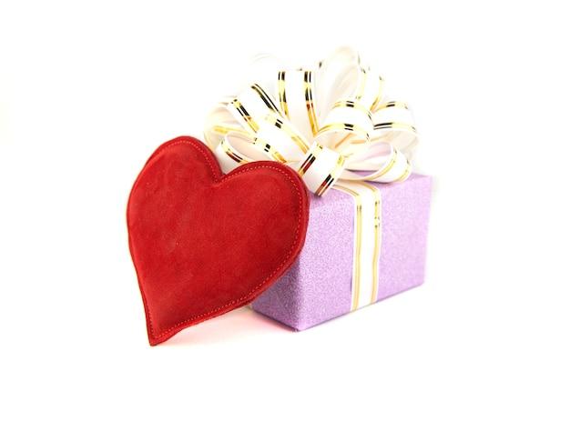 Caja de regalo y corazón en blanco