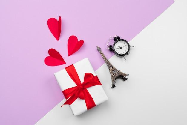 Caja de regalo y corazones de papel con espacio de copia, composición de san valentín