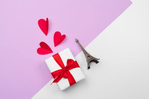 Caja de regalo y corazones de papel con espacio de copia