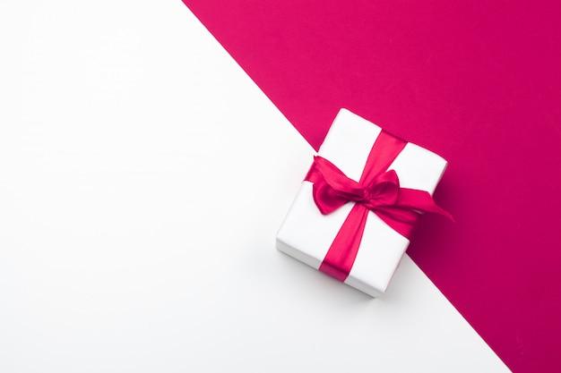 Caja de regalo, corazones de papel rojo. amor de san valentín. copia espacio, plano