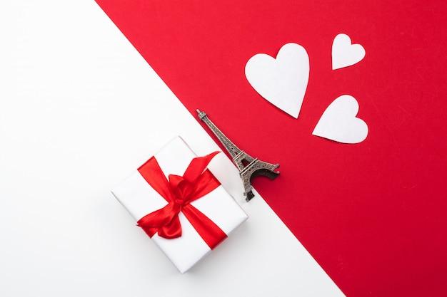 Caja de regalo, corazones de papel rojo, san valentín