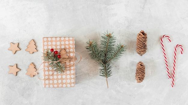 Caja de regalo con decoración navideña en mesa.