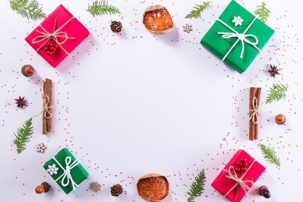 Caja de regalo y decoraciones sobre fondo blanco. navidad o año nuevo concepto. vista superior, espacio de copia