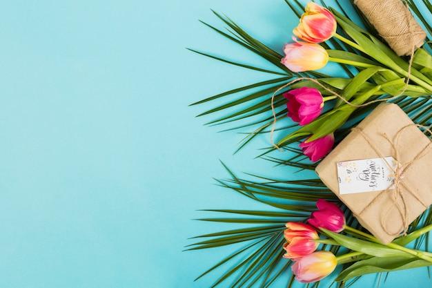 Caja de regalo del día de la madre con flores exóticas.