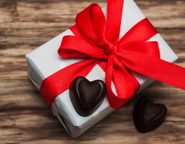 Caja de regalo y dulces de chocolate.