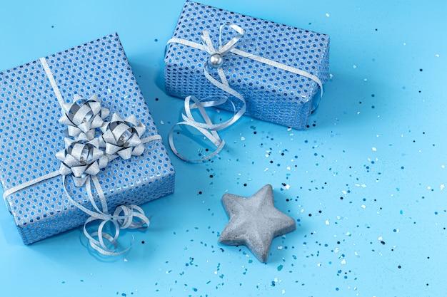Caja de regalo envasado en papel azul sobre azul. san valentín, vacaciones y regalos.