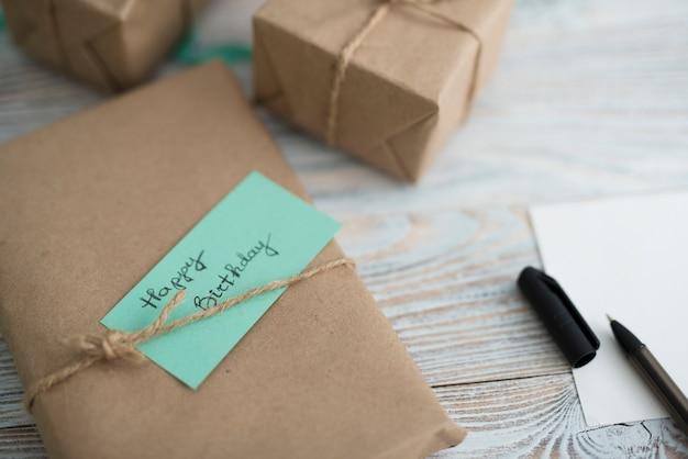 Caja de regalo envuelta con inscripción.