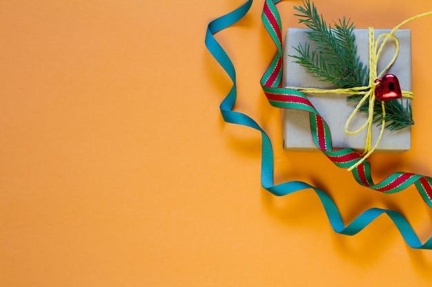 Caja de regalo envuelta en papel reciclado y decoración navideña
