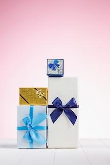 Caja de regalo envuelta en papel reciclado con lazo de cinta