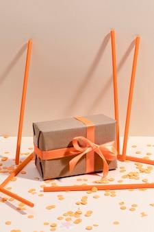 Caja de regalo envuelto en la mesa