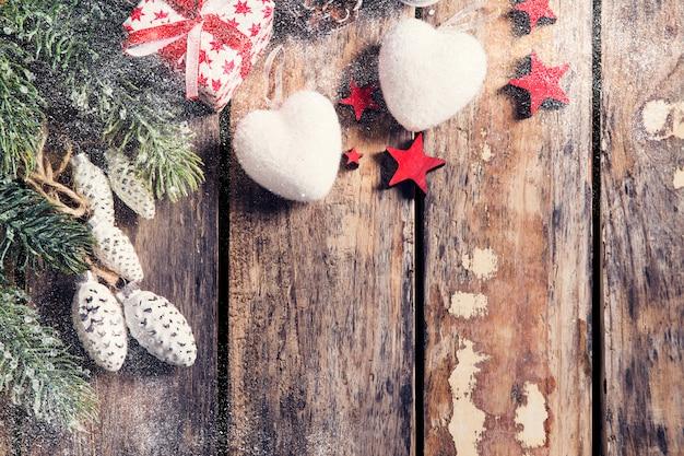 Caja de regalo con estrellas y corazón sobre fondo de madera oscura