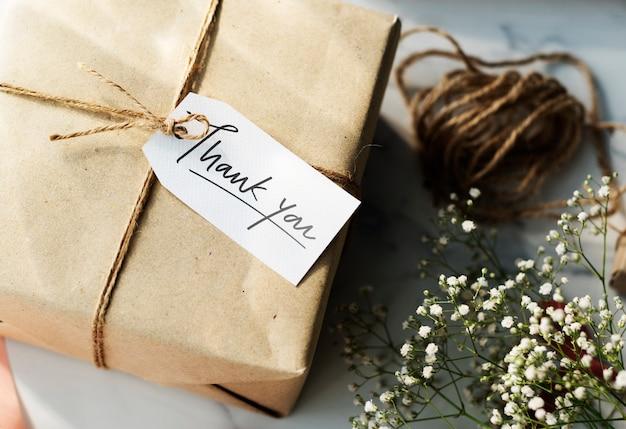Caja de regalo con una etiqueta de agradecimiento.