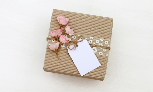 Caja de regalo con etiqueta vacía