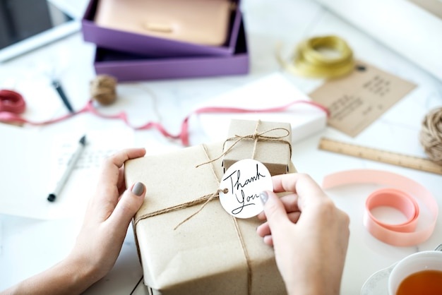 Caja de regalo con etiqueta.